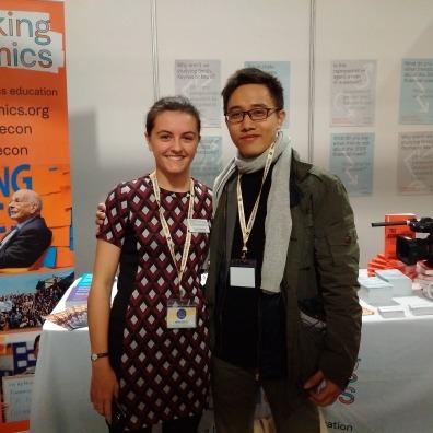 Ông Trần Mạnh Cường (bên phải) và Hanna Dewhirst (Điều phối Thành viên của Rethinking Economics)