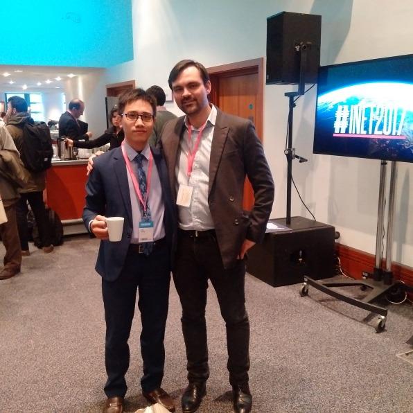 Ông Trần Mạnh Cường (bên trái) chụp cùng ông Jay Pocklington - Manager của Young Scholars Initiative (INET)